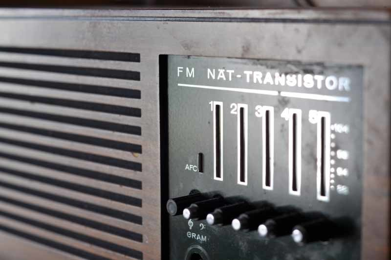 An old FM radio represents the engineering processes discussed in this article. Photo: Henrik Hemrin.